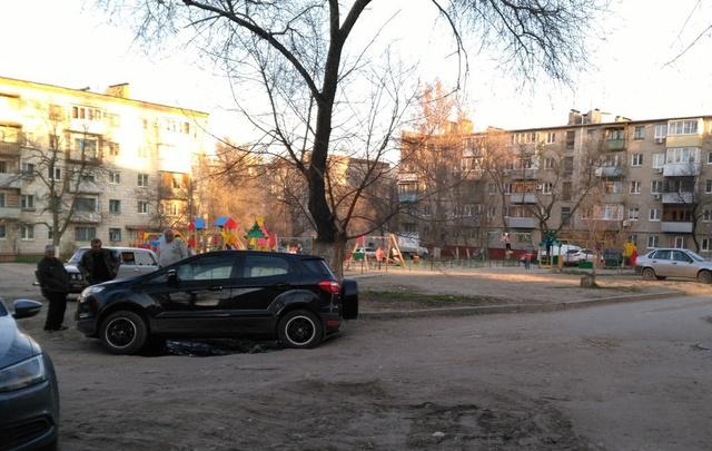 В Тракторозаводском районе Волгограда яма поймала очередной кроссовер