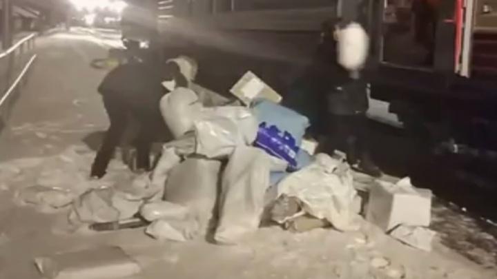 В Архангельской области сотрудники «Почты России» разгрузили вагон, кинув посылки на землю