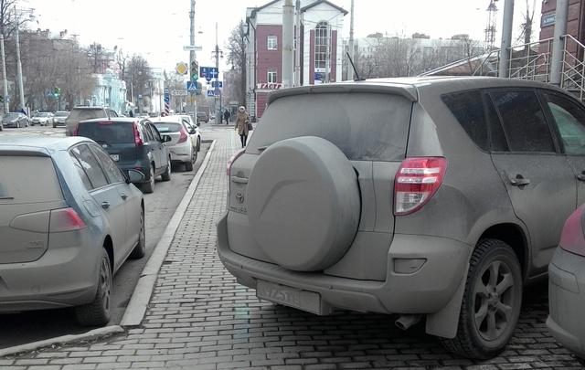 «Я паркуюсь как…»: подъездные автохамы и другие нарушители правил в Перми