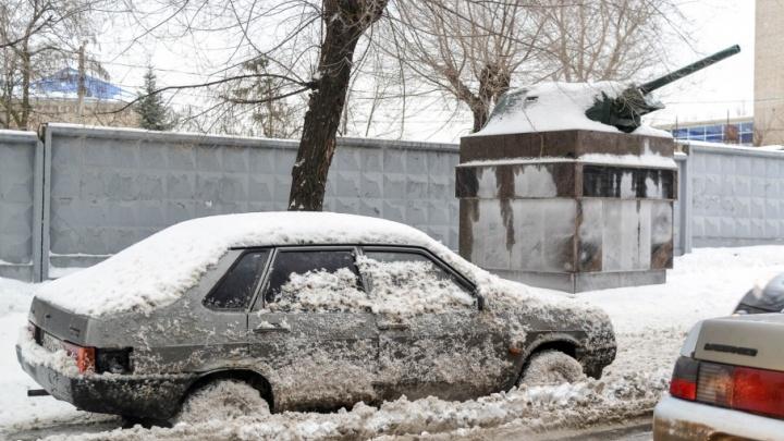 Волгоградцы жалуются на занесенные снегом остановки и дороги