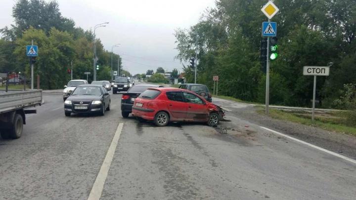На улице Щербакова пьяный водитель собрал две машины