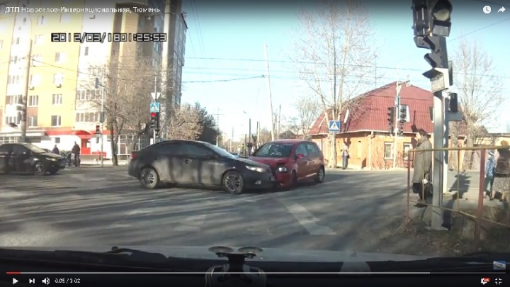 Авария на тюменском перекрестке: автомобиль KIA Cerato отлетел на пешеходов