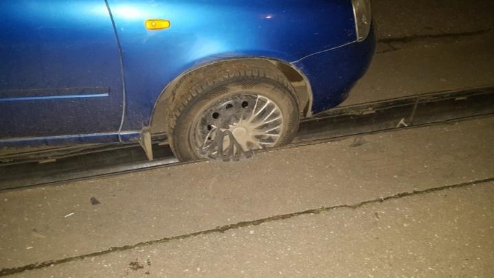 В Рыбинске водитель провалился в ливневку и застрял