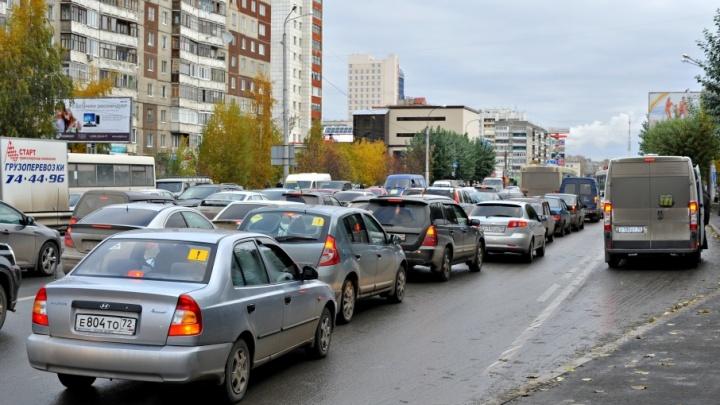 Трассу Тюмень–ХМАО частично закрыли, на дорогах – множество ДТП: последствия снегопада и гололёда