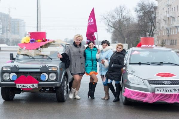 Участницы с помощью цветов, ткани и бумаги превратили машины в торт и шляпку