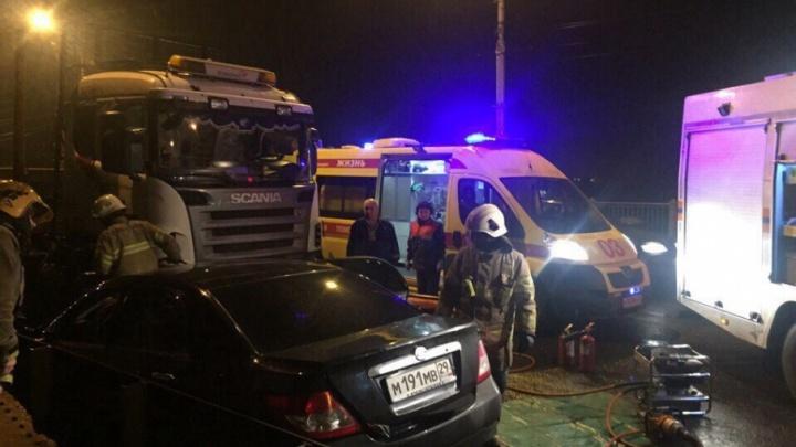 На Кузнечевском мосту иномарка влетела под грузовик