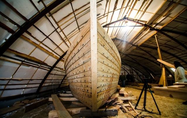 15-метровая лодка, телеги и посуда: как в Тюмени делают декорации для фильма «Тобол»