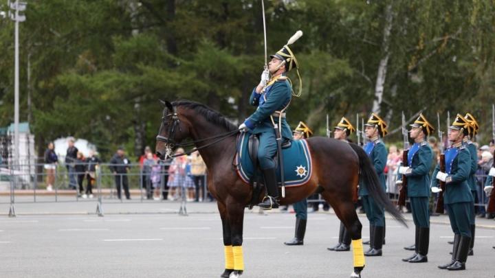 В Ярославле Президентский полк проскакал по центру города