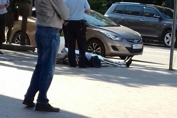 Мужчина лежал на асфальте у главпочтамта в арестантском костюме