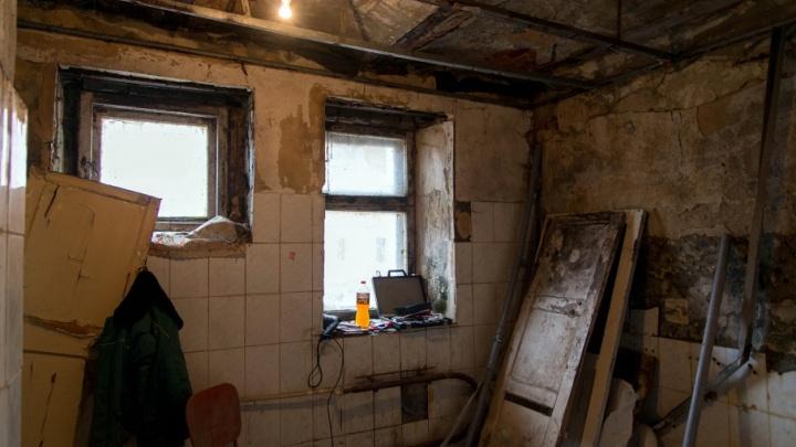 Волгоградцам из общежития с рухнувшими стенами сколотили новую душевую