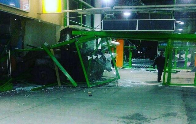 Трактор протаранил гипермаркет «Глобус»: подробности