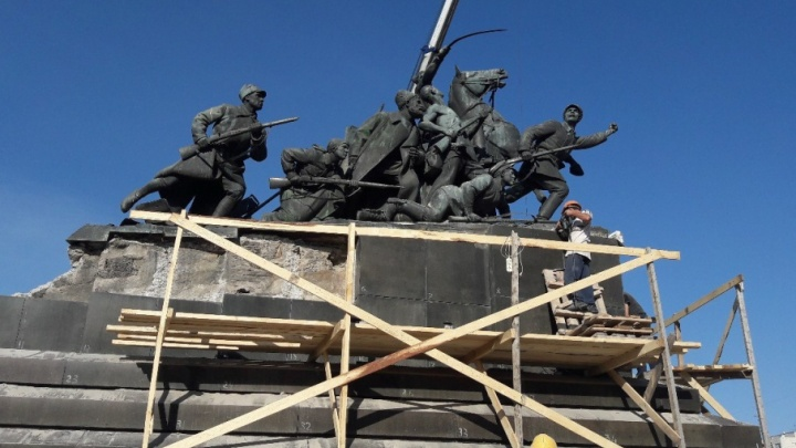 В Самаре отбивают старую плитку с постамента памятника Чапаеву