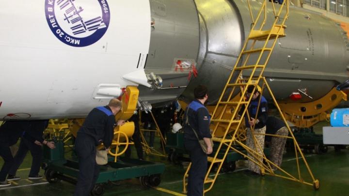 Самарскую ракету-носитель «Союз-ФГ» установили на стартовый комплекс