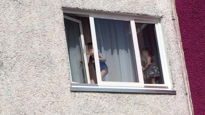 Опасные игры: в тюменской многоэтажке дети забрались на подоконник и открыли окно