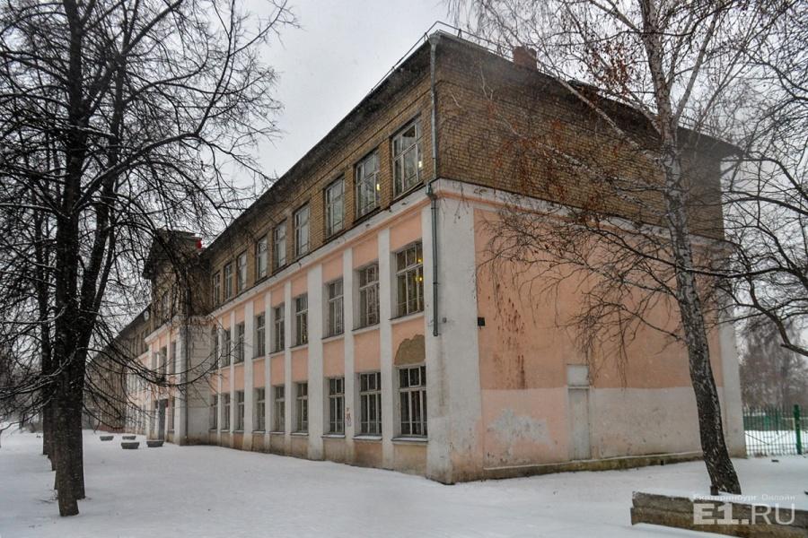 Над школой надстроили этаж и ещё построили половину здания
