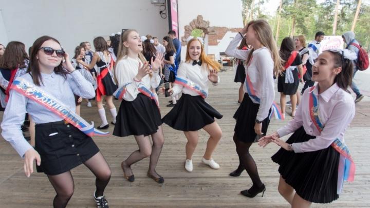 Карты, танцы, выключенный фонтан: челябинские выпускники простились со школой