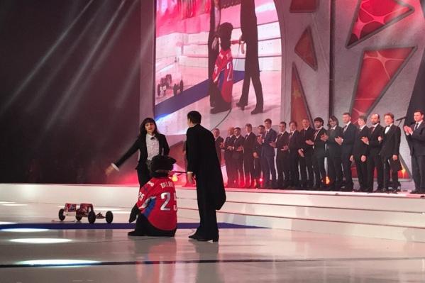 Медали ярославским хоккеистам привез настоящий медведь