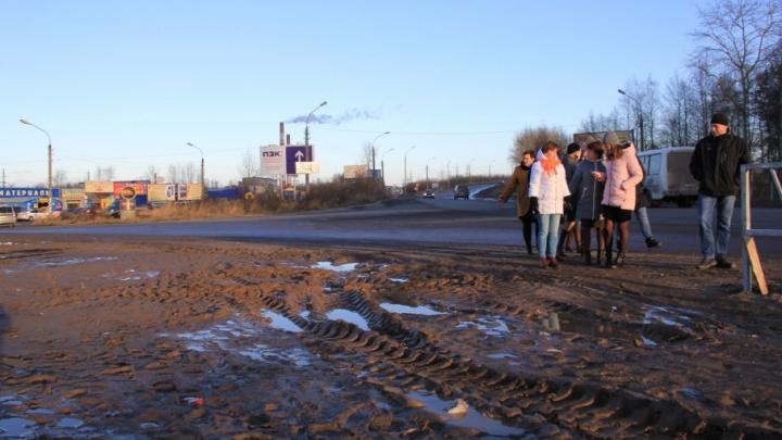 Дорогу сделали, про пешеходов забыли: проезд Сибиряковцев заблокировали от людей грязью