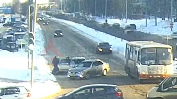 Пьяного водителя, сбившего маму и ребёнка на проспекте Машиностроителей, отпустили