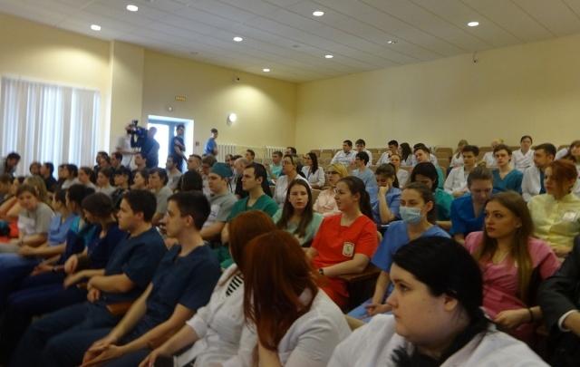 Зашивали раны и вязали узлы: в Тюмени прошла олимпиада среди будущих хирургов