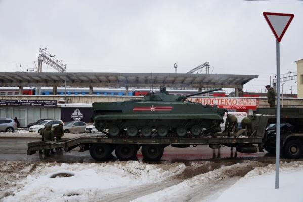 Военные быстро спасли заглохшую БМП-3