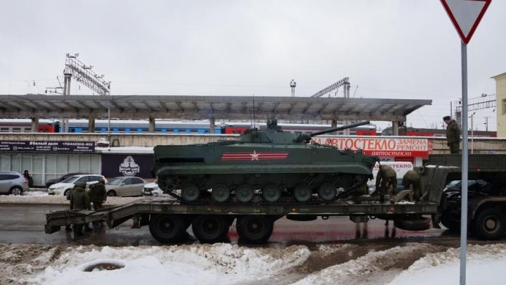 В Волгограде посреди дороги заглохла участница парада