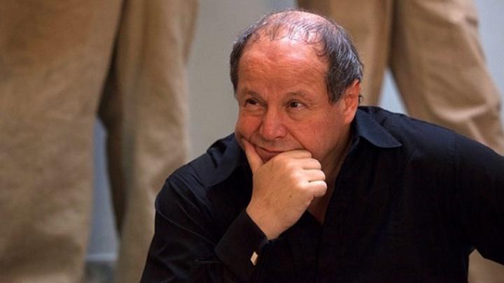 «Неожиданно разный»: Дмитрий Астрахан поставил в Челябинске лихо закрученный спектакль