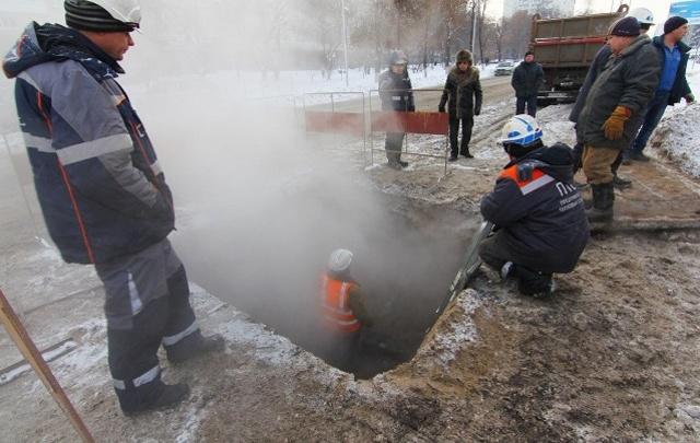 В Самаре на пересечении Молодогвардейской и Некрасовской прорвало теплотрассу