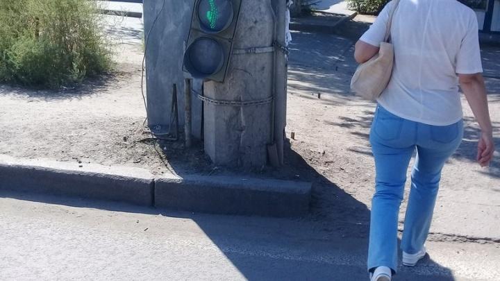 В Красноармейском районе Волгограда светофор повис вниз «головой»