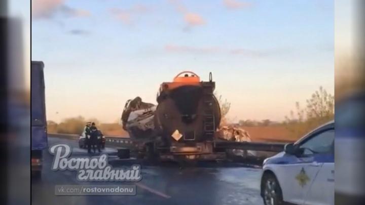 На федеральной трассе М-4 водитель бензовоза протаранил грузовик и снес ограду