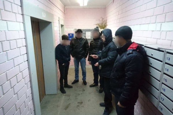 Подозреваемый показывает оперативникам, где и как произошло преступление