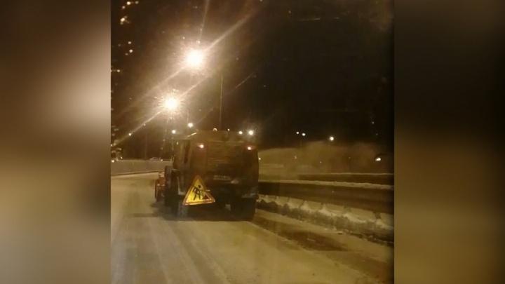 Коммунальщики скинули в реку грязный снег с дорог Ярославля