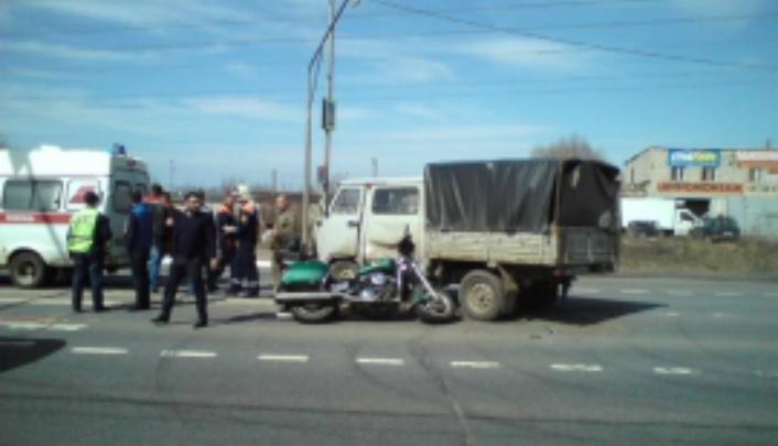 Улетел под уазик: пострадавшего в аварии байкера увезли в больницу