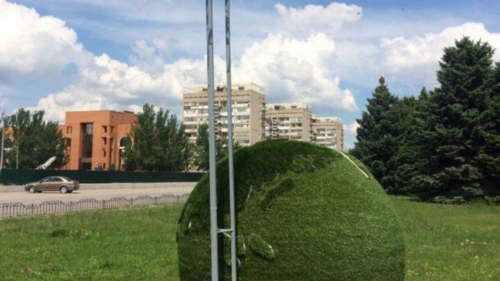 В центре Волжского появился земной шар с подсветкой