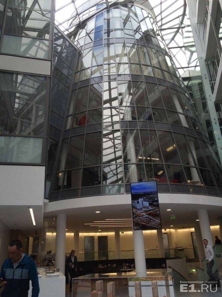 """Вот так здание головного офиса ПИК выглядит изнутри – с прозрачной крышей и внутренней """"стеклянной башней""""."""