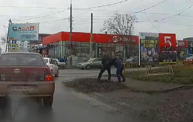 «Напал храбро, со спины»: в Таганроге водитель ударил ножом сделавшего ему замечание пешехода