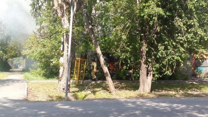 Пожар на улице Декабристов: сотрудники МЧС спасли соседний дом