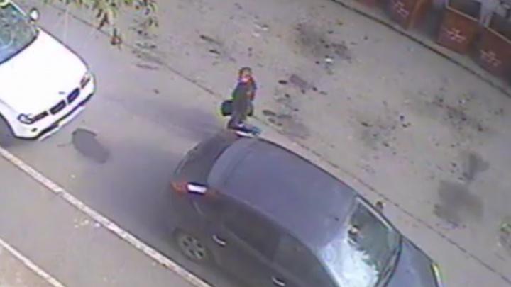 Педофил, напавший на челябинскую школьницу в подъезде, попал на видео