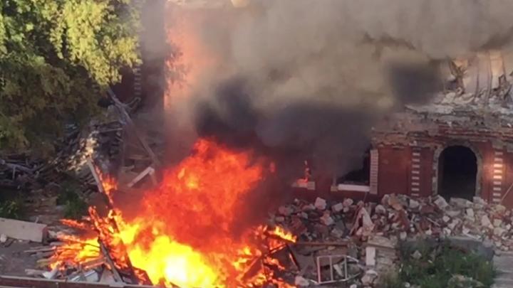 Вспыхнула мгновенно: в Челябинске сгорела заброшенная сауна