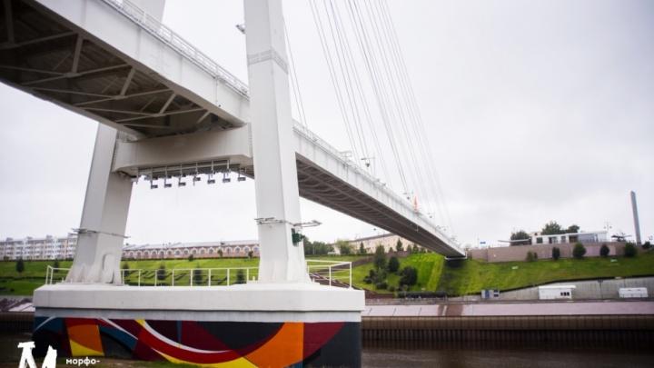 Восточные опоры Моста влюбленных превратились в «Алые паруса»