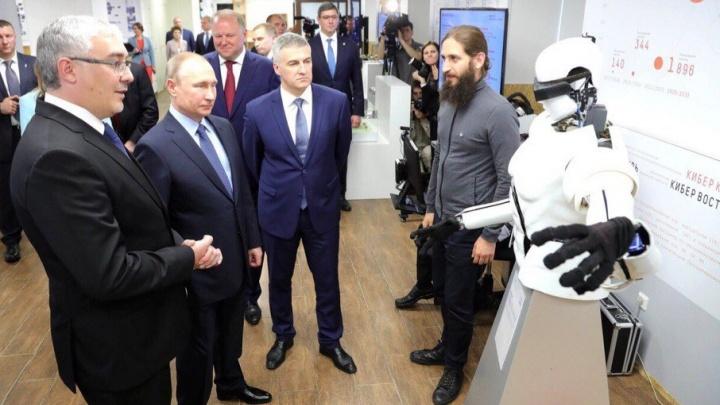 Тюменского робота, который может покорить космос и Крайний Север, познакомили с Владимиром Путиным