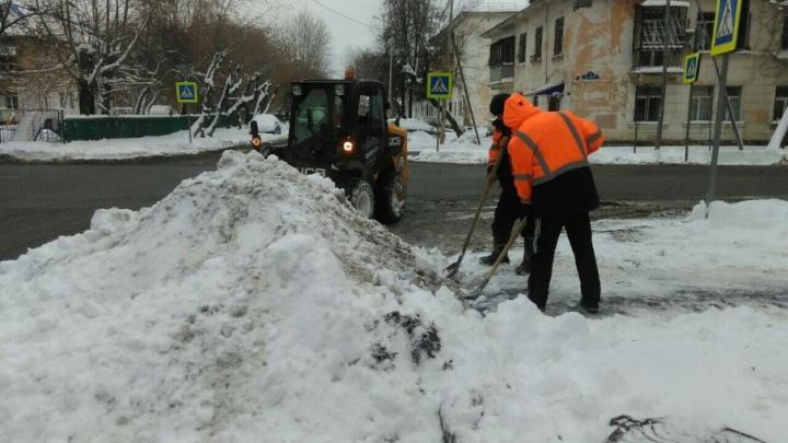 Управляющие компании Тюмени отчитали за медленную уборку дворов от снега