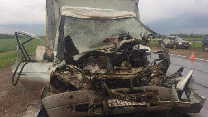 Под Самарой грузовая «газель» протаранила фуру: водителя доставали спасатели