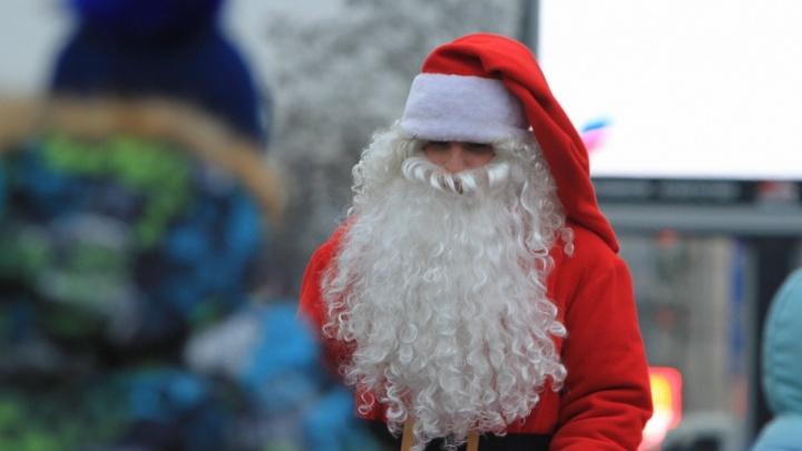 Под бой барабанов: на Садовой в Ростове прошел парад Дедов Морозов