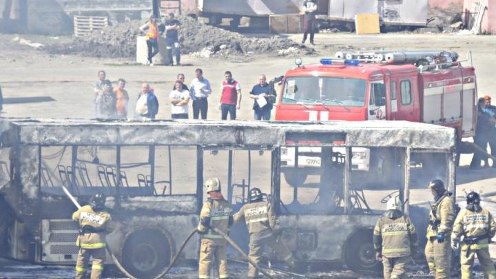 В Самаре возле Безымянского кладбища автобус выгорел дотла