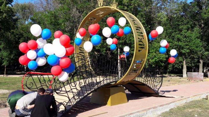 В Бутусовском парке поставили гигантское золотое кольцо