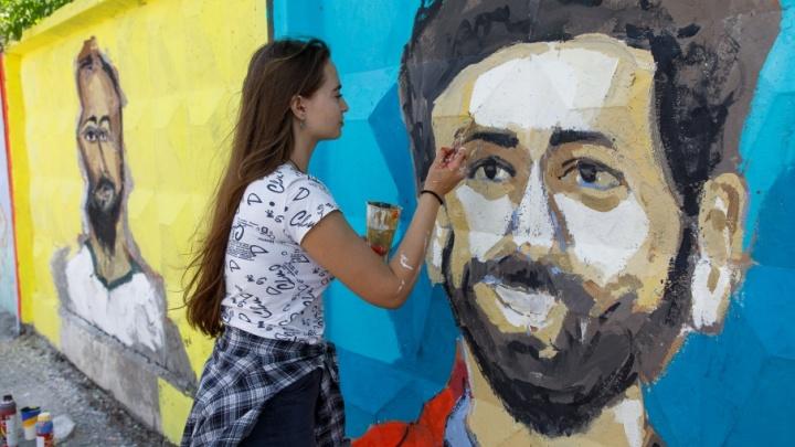 «Выбрали тех, кто посимпатичнее»: волгоградские студентки рисуют на заборах футбольных фаворитов