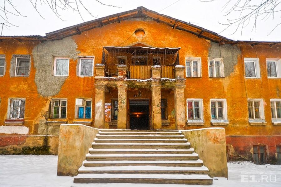 Этот дом в конце Краснофлотцев тоже не первой свежести