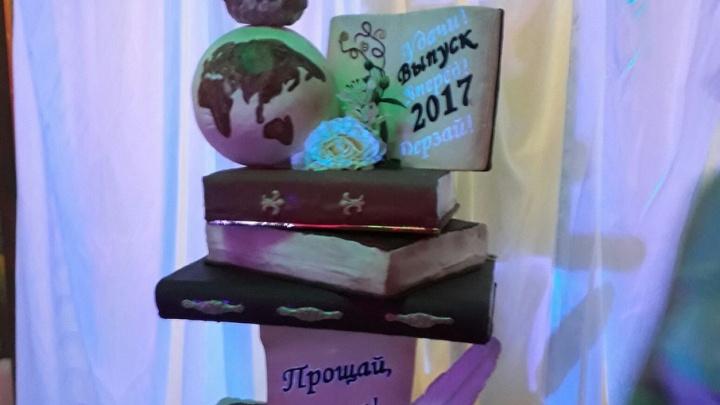 Торт в полтора метра: самарские выпускники съели на выпускном книги, сову и глобус