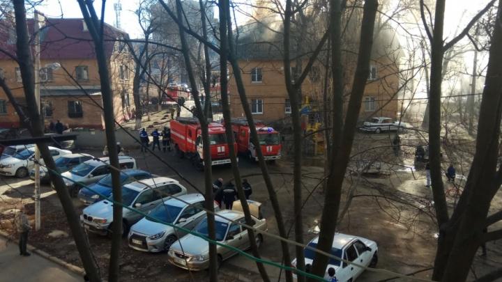 Из-за пожара в трехэтажном доме в Ростове эвакуировали 40 человек